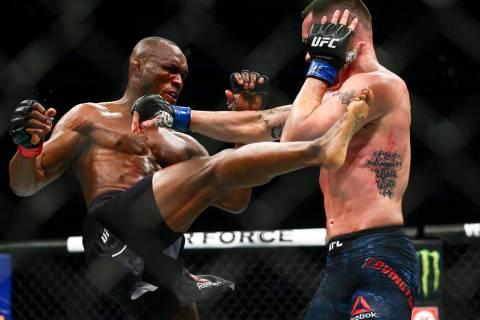 Kamaru Usman, izquierda, pelea contra Colby Covington durante su pelea por el título Wélter U ...