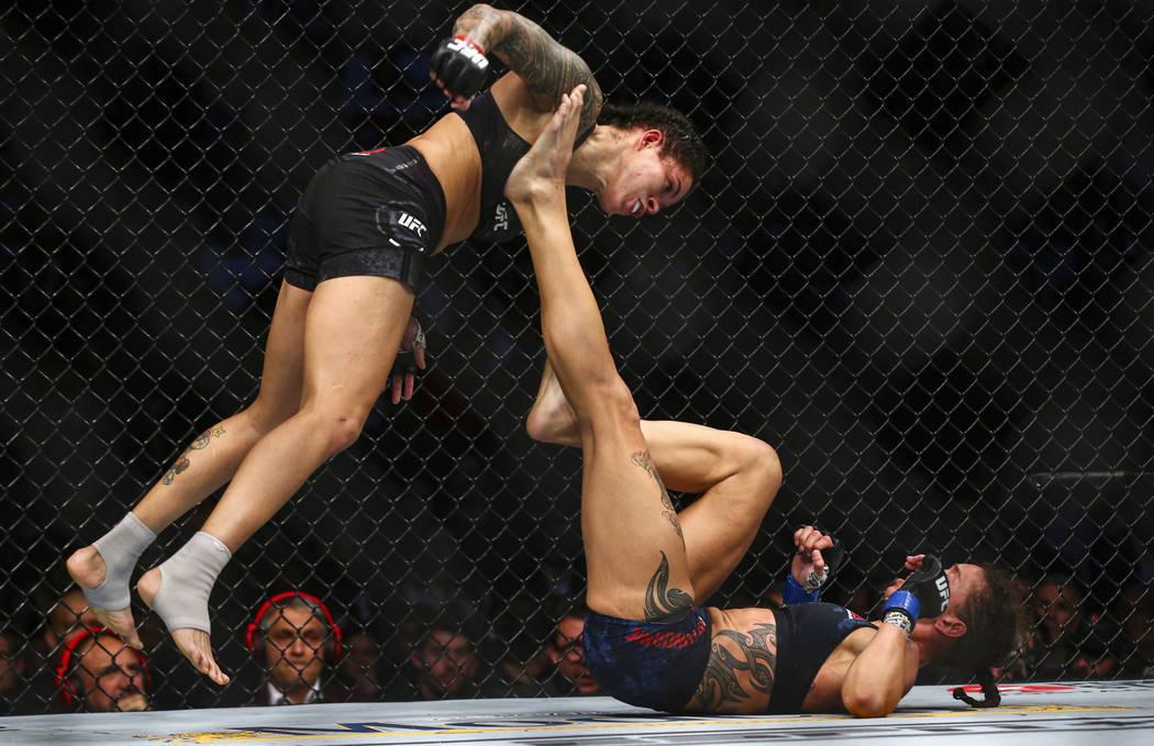 Amanda Nunes, izquierda, pelea contra Germaine de Randamie durante su pelea por el título de P ...