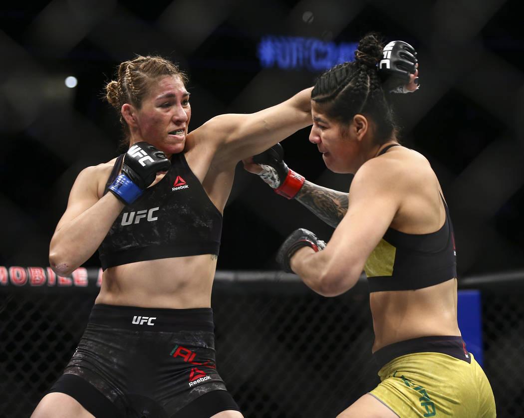 Irene Aldana, izquierda, pelea contra Ketlen Vieira durante su pelea de Peso Gallo en UFC 245. ...