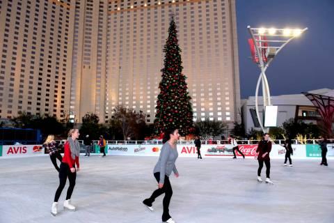 Los patinadores disfrutan de la pista de hielo instalada en Toshiba Plaza durante la primera ce ...