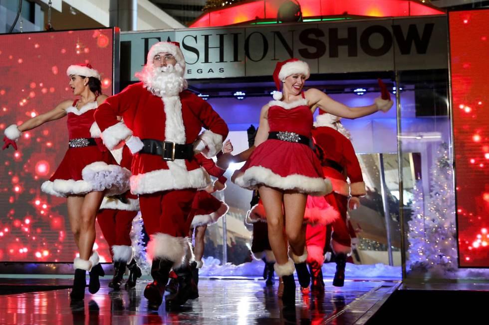 Artistas en el Holiday Glow del centro comercial Fashion Show en Las Vegas el viernes, 29 de no ...