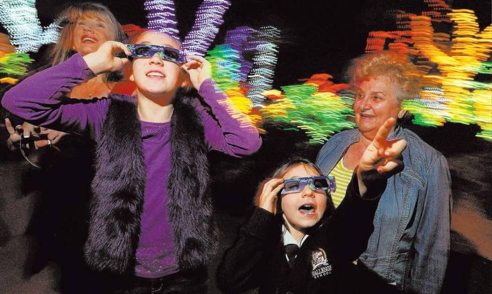 Sienna Tobler, de 10 años, izquierda, y Katie Kriey, de 7, usan anteojos 3D para admirar las l ...