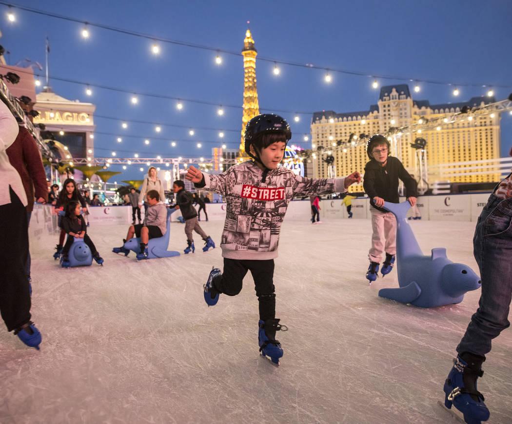 Los patinadores disfrutan de los últimos momentos de luz al atardecer en el Cosmopolitan of La ...
