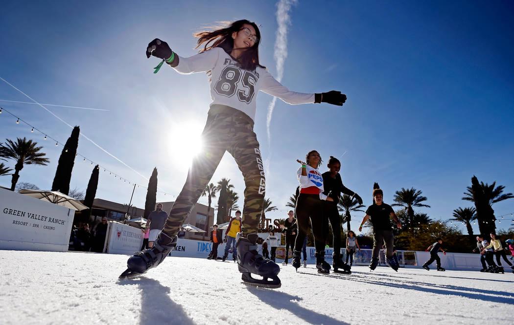 Diamond Wills, de 17 años, patina en el Winter's Village Ice Skating Experience en el Green Va ...
