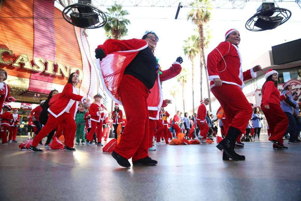 Marta Thomas, izquierda, y Miriam Chavez, ambas de Las Vegas, bailan al ritmo de Zumba antes de ...