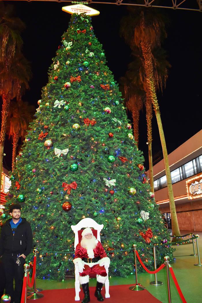 Dio inicio la temporada navideña con la ceremonia anual de iluminación del árbol de Navidad ...