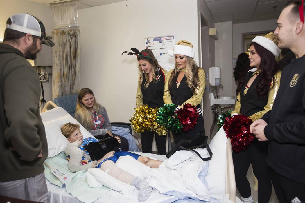 """Paige N., miembro de la Guardia de los Knights, desde la izquierda, las miembros de """"Vegas Viva ..."""