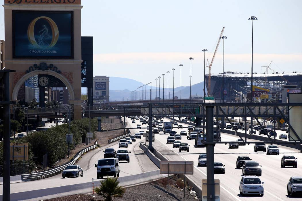 Los vehículos viajan en la Interestatal 15 adyacente al Strip en Las Vegas el lunes, 16 de dic ...