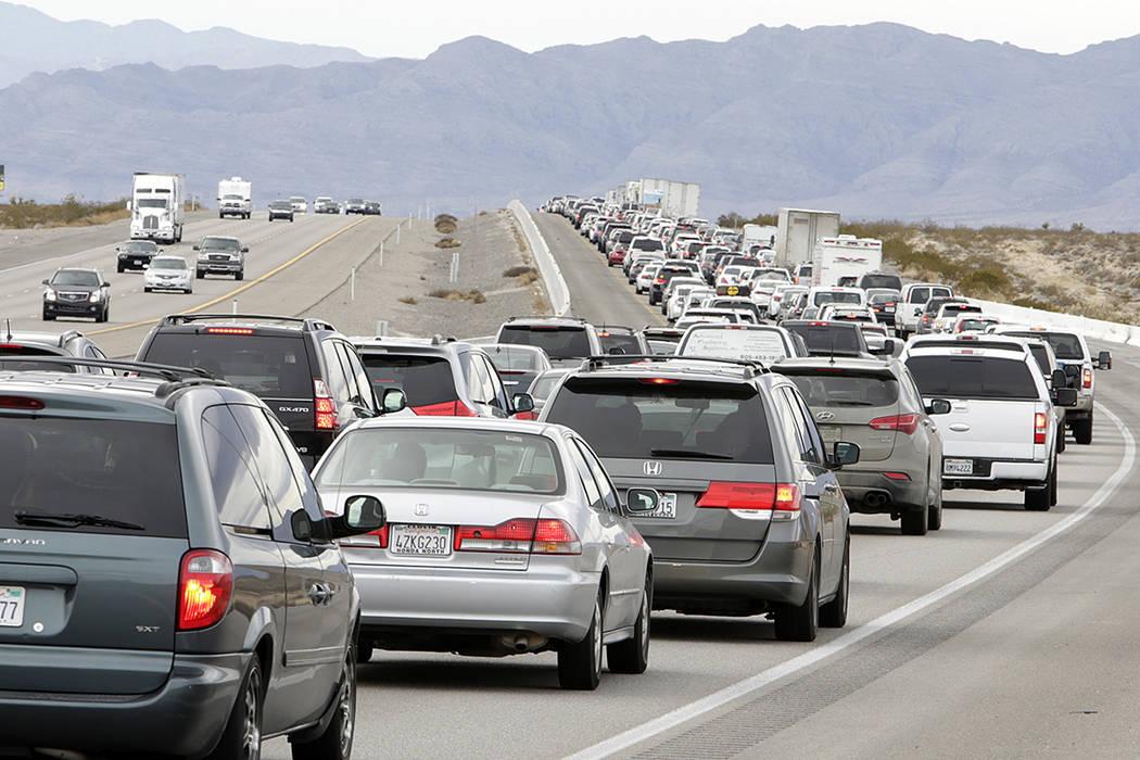 El tráfico se acumula en la Interestatal 15 hacia el sur, cerca de Jean, mientras los viajeros ...