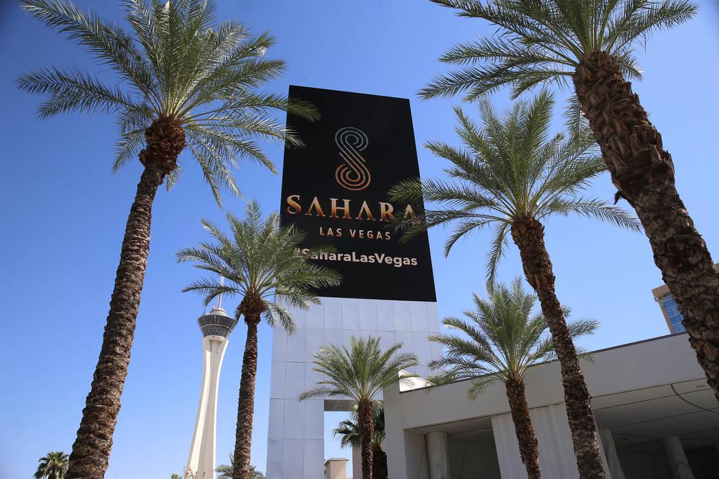Una pantalla muestra la nueva marca del hotel-casino Sahara Las Vegas, anteriormente SLS Las Ve ...