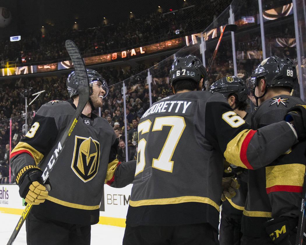 El defensa de los Golden Knights de Las Vegas, Brayden McNabb (3), celebra con el ala izquierda ...