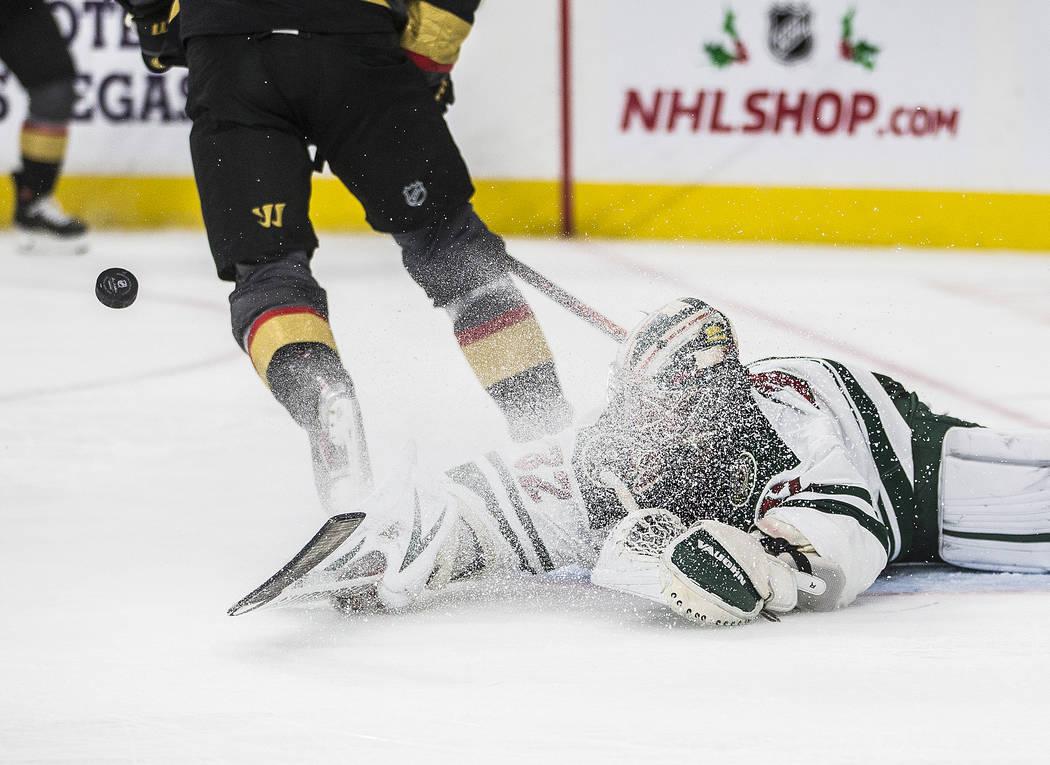 El portero de los Wild de Minnesota, Alex Stalock (32), hace una parada zambulléndose en el se ...