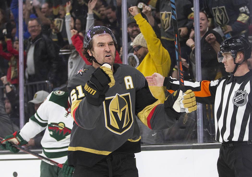 El ala derecha de los Golden Knights de Las Vegas, Mark Stone (61), celebra después de que su ...