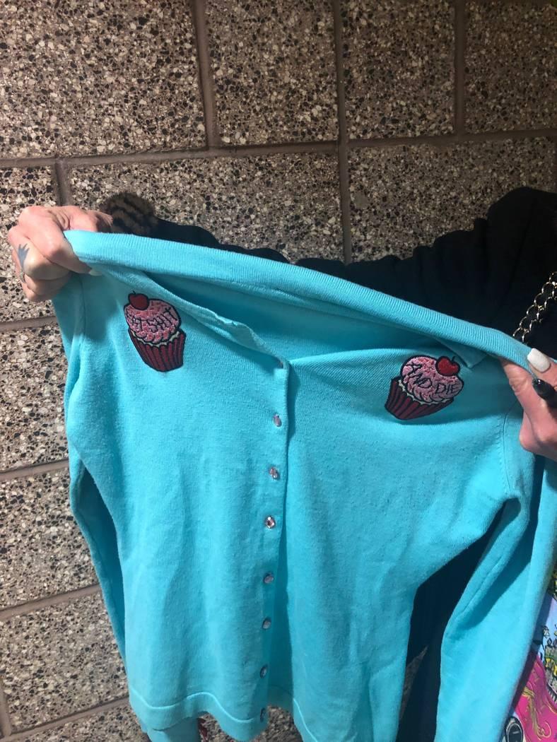 Este es el suéter en cuestión en la audiencia para la Jueza de Paz Melanie Andress-Tobiasson. ...