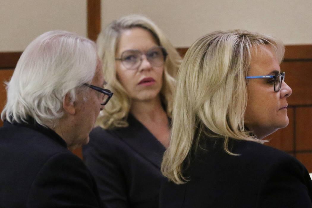 Las juezas de paz de Las Vegas, Melanie Andress-Tobiasson, centro, y Amy Chelini, escuchan mien ...