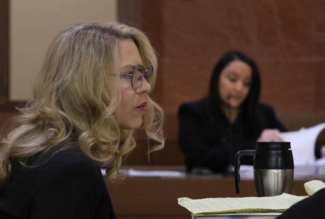 La Jueza de Paz de Las Vegas, Melanie Andress-Tobiasson (izquierda), escucha la declaración de ...