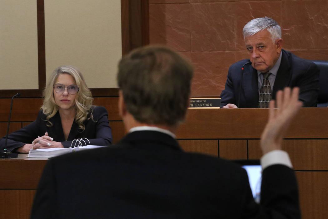La Jueza de Paz, Melanie Andress-Tobiasson, a la izquierda, escucha las preguntas del fiscal Th ...