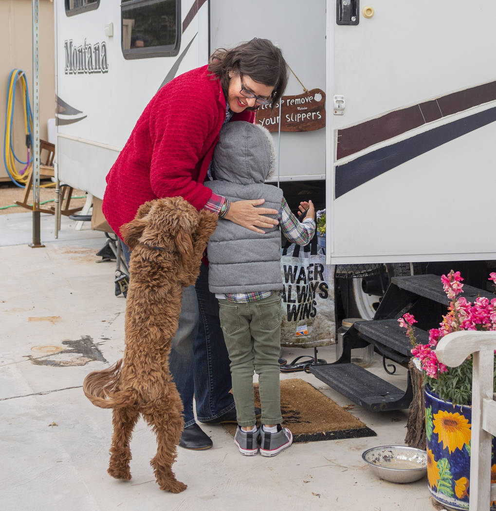 Lisa Bernauer recibe a su ex-alumno Olamide Ajayi, de 6 años el miércoles, 18 de diciembre de ...