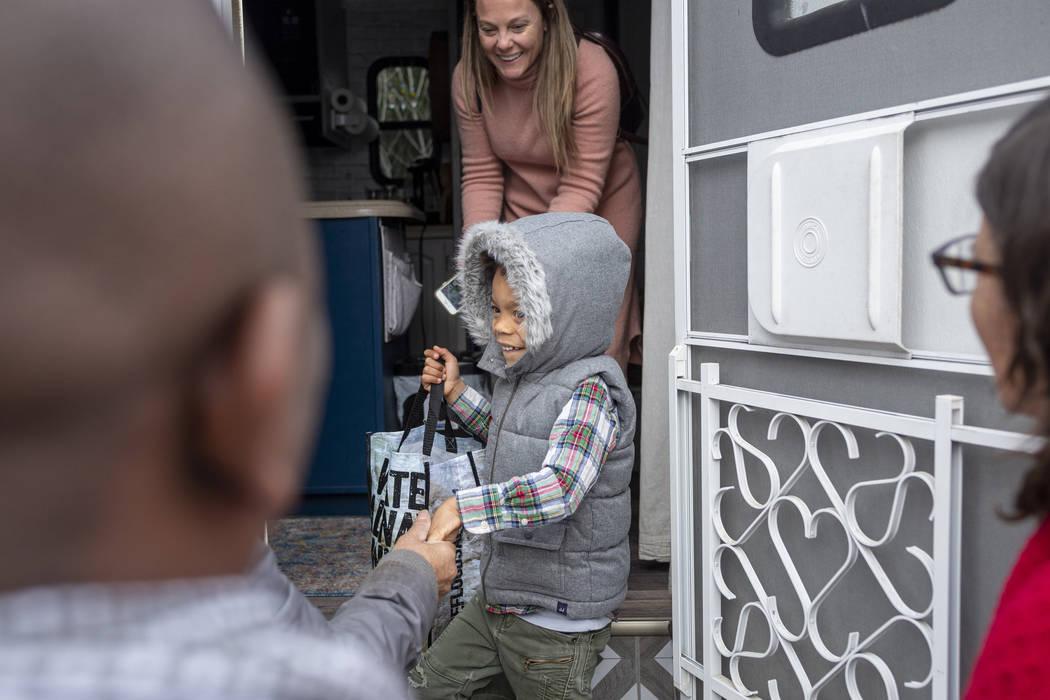 Jill Ajayi, atrás, y su hijo Olamide Ajayi, de 6 años, en el centro, sorprenden a la maestra ...