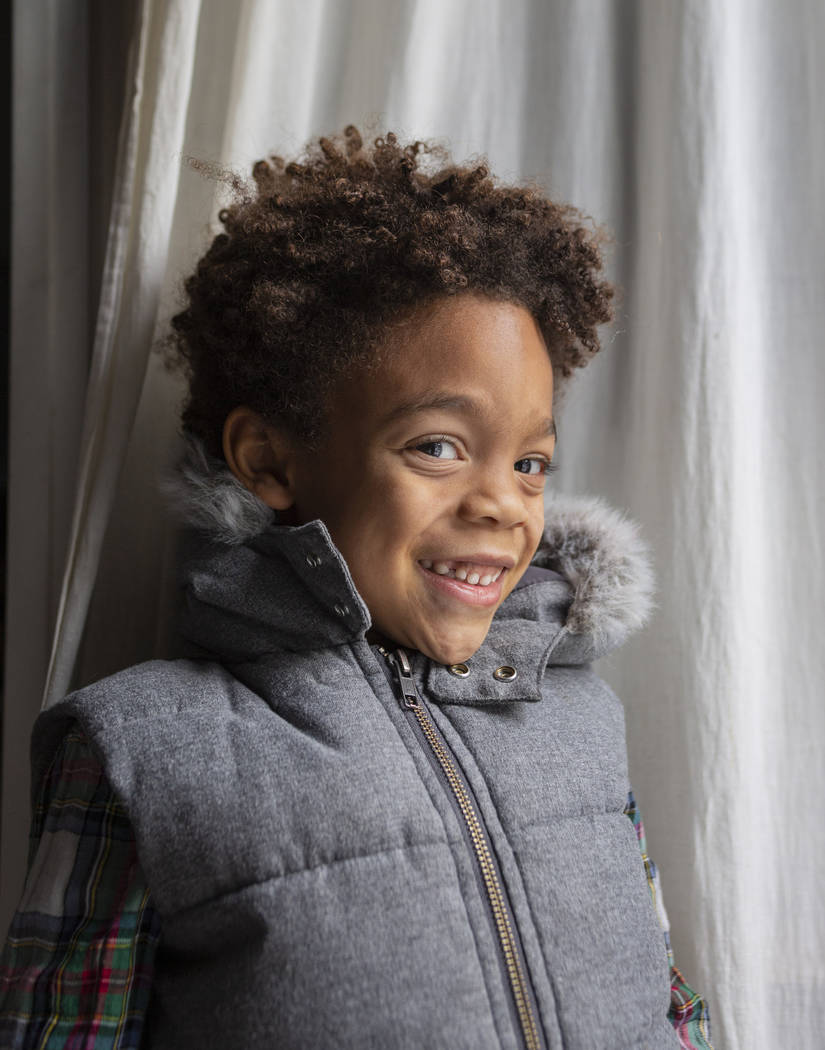Olamide Ajayi, de 6 años, sonríe después de sorprender a su maestra Lisa Bernauer con los mi ...