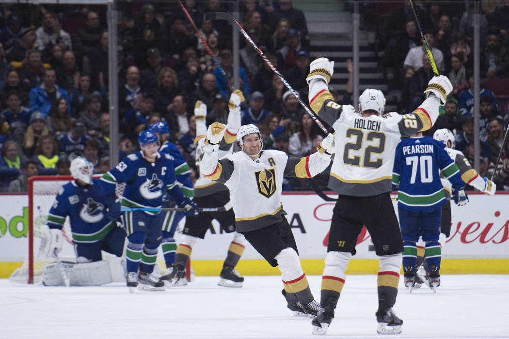 El defensor de los Golden Knights de Las Vegas, Nick Holden (22), celebra su gol contra los Can ...