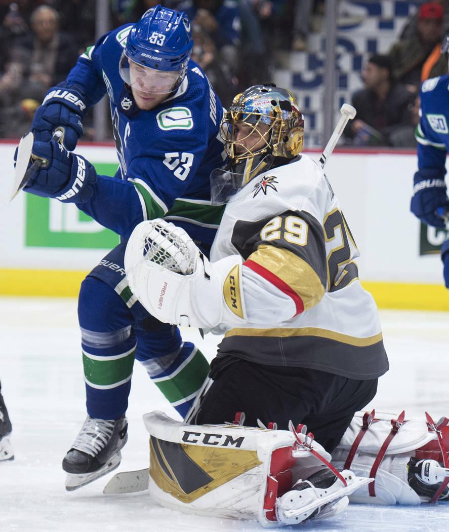 El centro de los Canucks de Vancouver, Bo Horvat (53), no logra anotarle al portero de los Gold ...