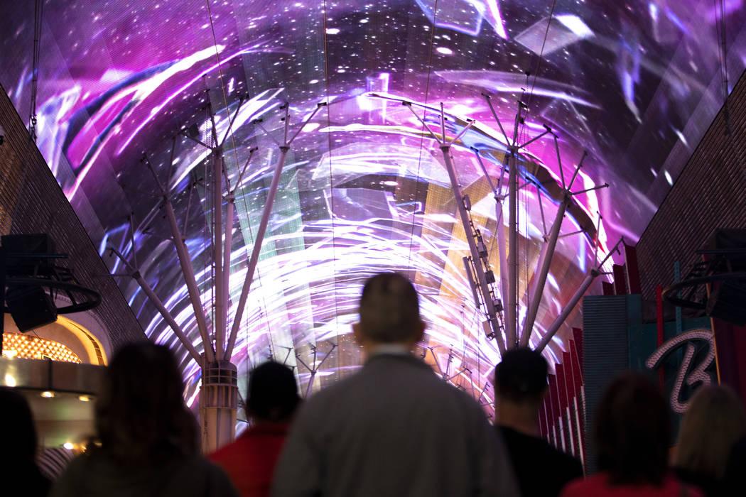 El dosel de Viva Vision, la pantalla de video más grande del mundo, después de someterse a un ...