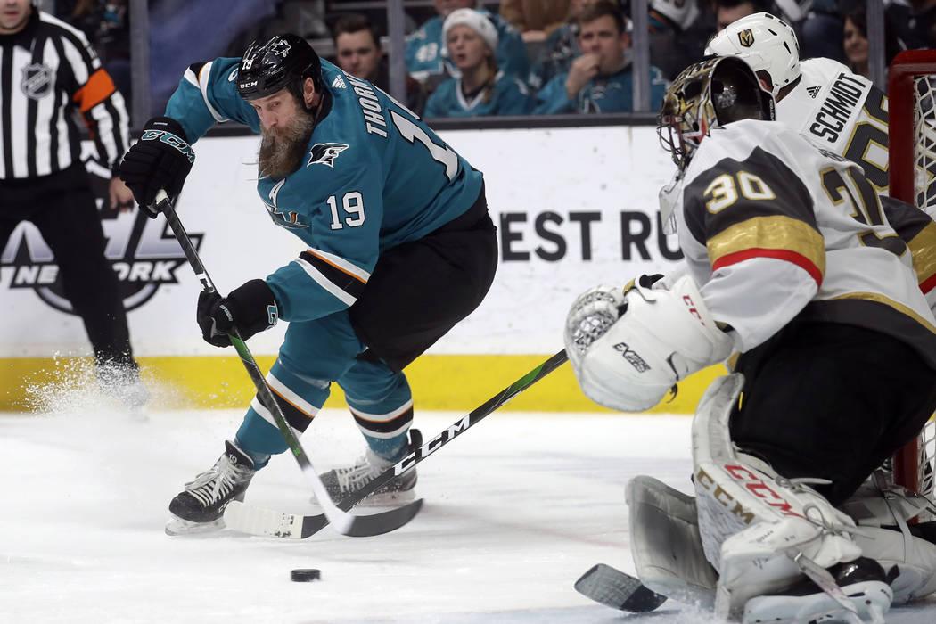 El centro de los San José Sharks, Joe Thornton (19), patina hacia el portero de los Vegas Gold ...