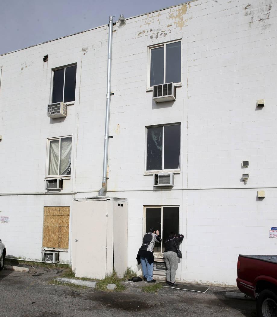 Los residentes se reúnen en los apartamentos del Alpine Motel después de que un incendio deja ...