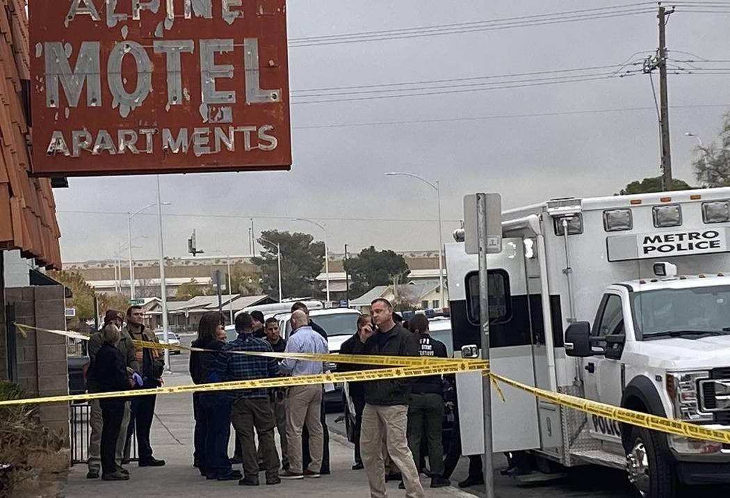 Los funcionarios se reúnen frente a los apartamentos del Motel Alpine antes de la conferencia ...