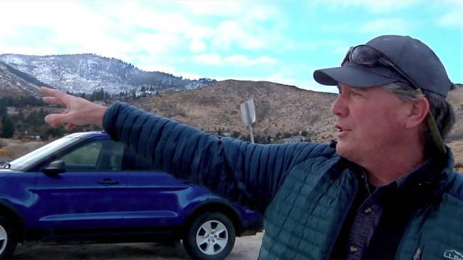 Charlie Donohue, Administrador de la División de Tierras Estatales de Nevada, señala una parc ...