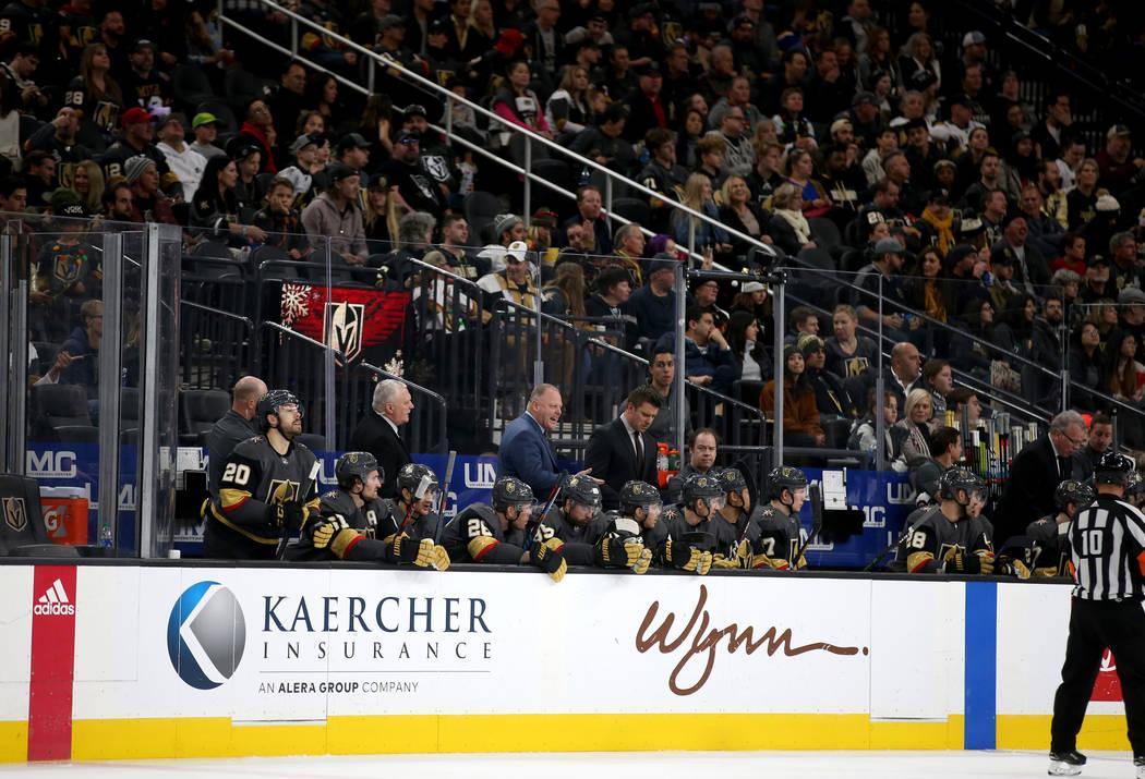 La banca de los Vegas Golden Knights durante el tercer tiempo de un partido de hockey de la NHL ...