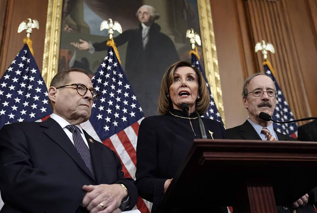 La presidenta de la Cámara de Representantes, Nancy Pelosi, demócrata por California, flanque ...