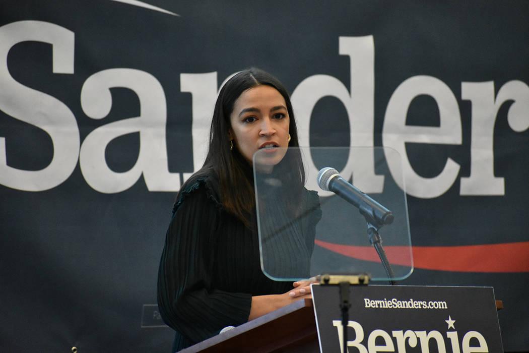 La congresista por Nueva York, Alexandria Ocasio-Cortez, encabezó una reunión política reali ...