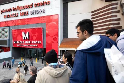 Los compradores navideños caminan por las tiendas de Miracle Mile el martes, 24 de diciembre d ...