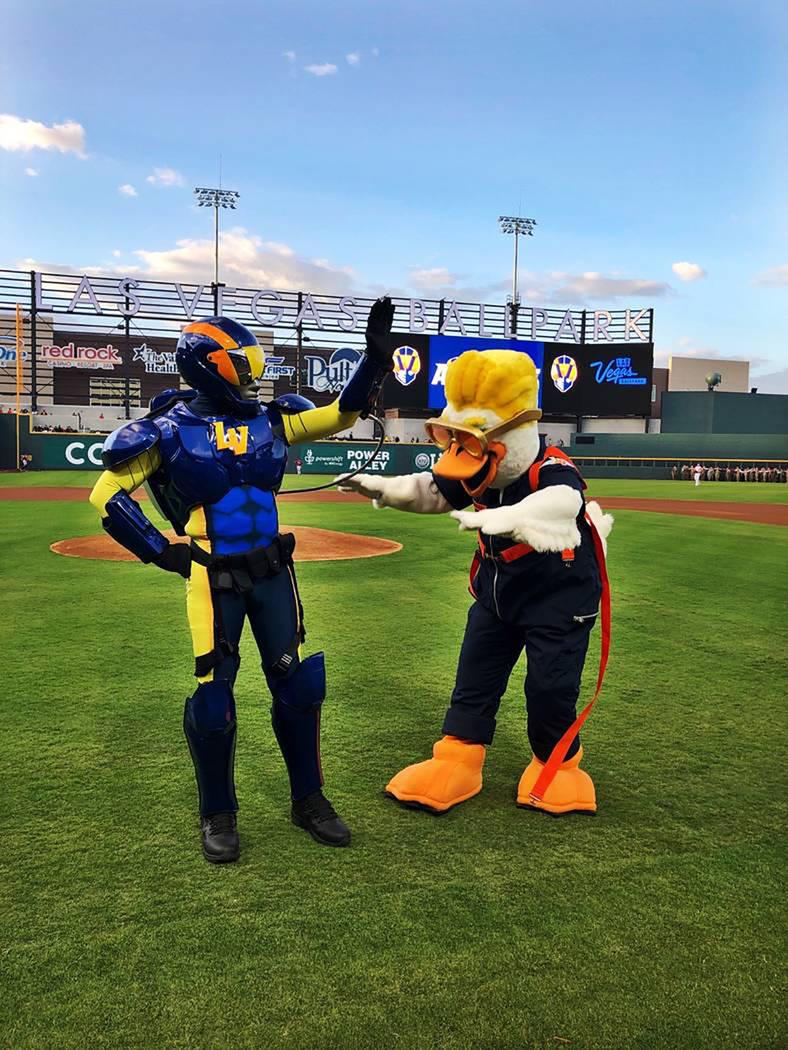 Las mascotas del equipo local de béisbol han sido bien recibidas por los aficionados. Foto Cor ...