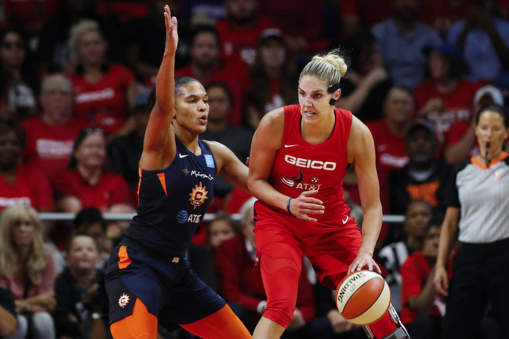 La pívot de las Washington Mystics, Elena Delle Donne, a la derecha, bota el balón junto a la ...