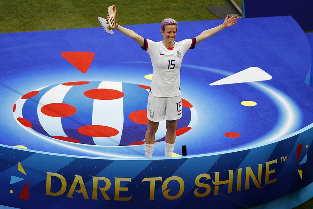 Megan Rapinoe de Estados Unidos celebra con el zapato dorado después de que su equipo ganó el ...