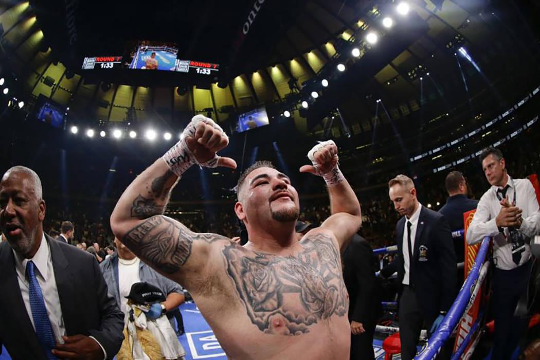 Andy Ruiz Jr. celebra tras derrotar a Anthony Joshua en el Madison Square Garden de Nueva York, ...