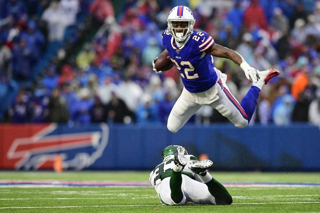 El corredor de los Buffalo Bills, T.J. Yeldon (22), se enfrenta al safety de los New York Jets, ...