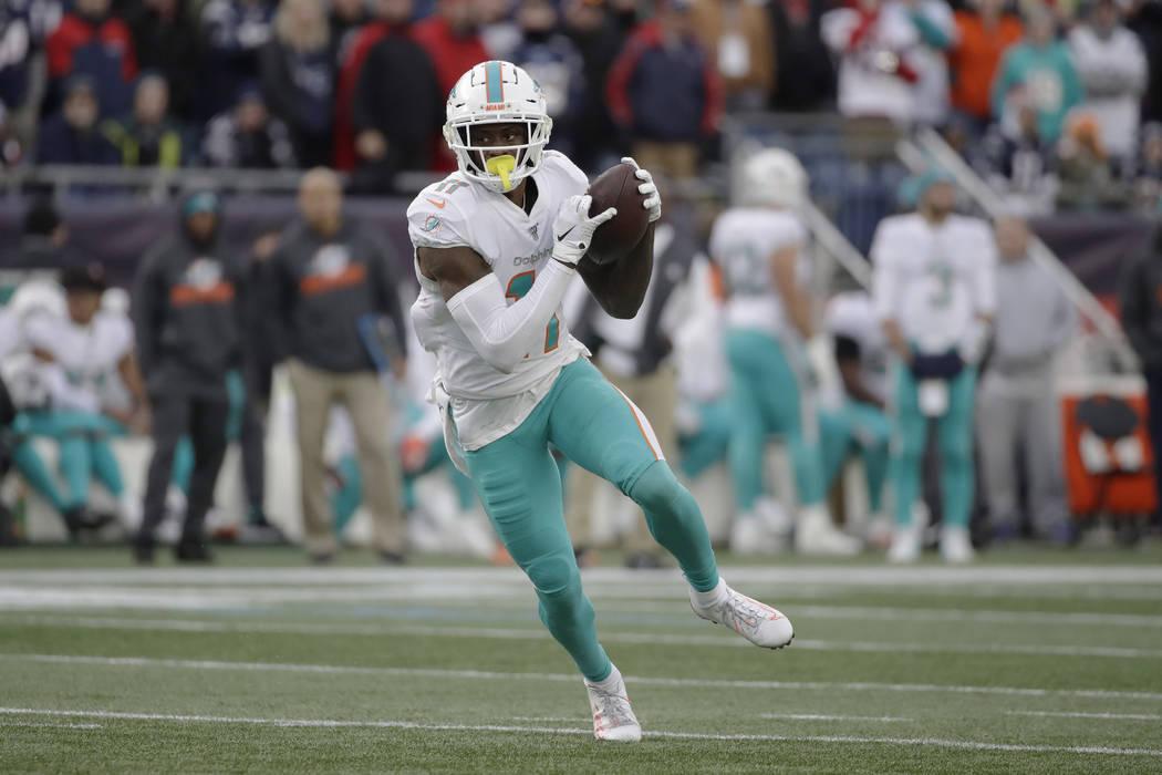 El receptor de los Miami Dolphins, DeVante Parker, corre tras atrapar un pase en la segunda mit ...