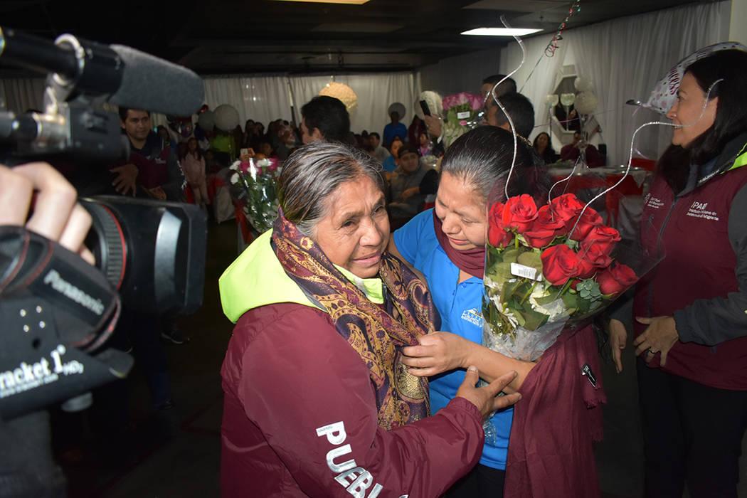 30 personas pudieron reunirse con sus respectivas familias después de muchos años de no poder ...