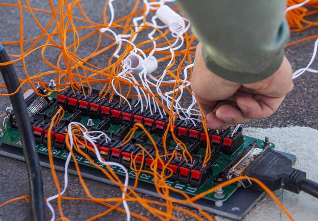 Salvatore Camarda con Fireworks by Grucci revisa el cableado de un banco de morteros cargados m ...