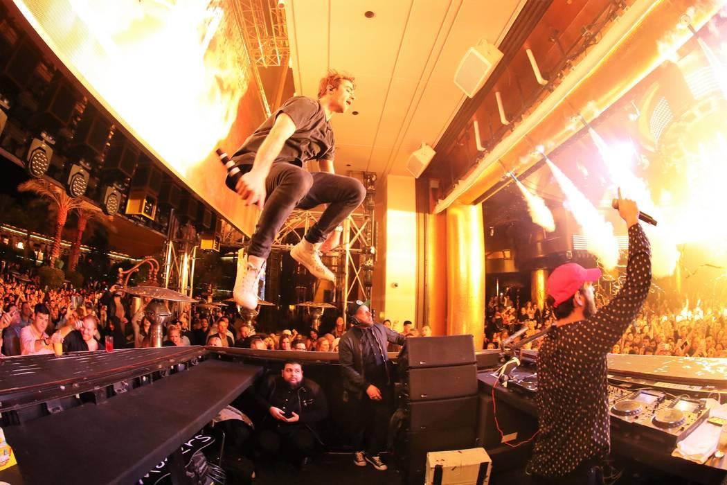 Los Chainsmokers tocan en el Club Nocturno XS en la víspera de Año Nuevo. (Danny Mahoney)