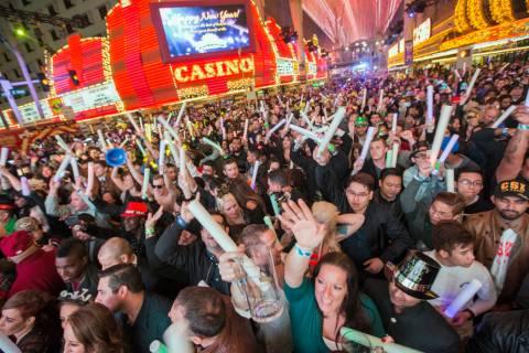 Los fiesteros hacen la cuenta regresiva del año nuevo durante America's Party en la calle Fr ...