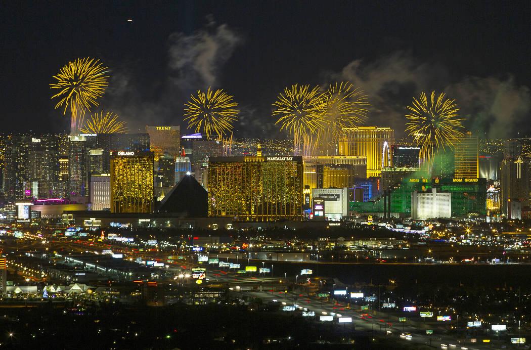 Los fuegos artificiales de Año Nuevo estallan sobre el Strip de Las Vegas. (Foto de archivo de ...