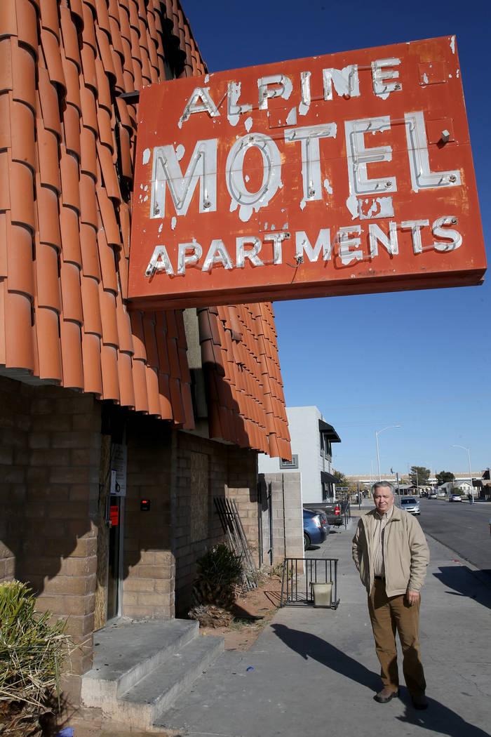 Donald Walford habla con un reportero afuera de Alpine Motel Apartments en el centro de Las Veg ...