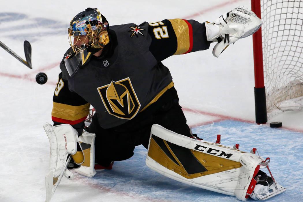 El portero de los Golden Knights de Las Vegas, Marc-Andre Fleury (29), es visto en el calentami ...