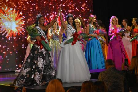 Miss Nevada USA Tianna Tuamoheloa y Miss Teen Nevada USA Erica Bonilla celebran sobre el escena ...