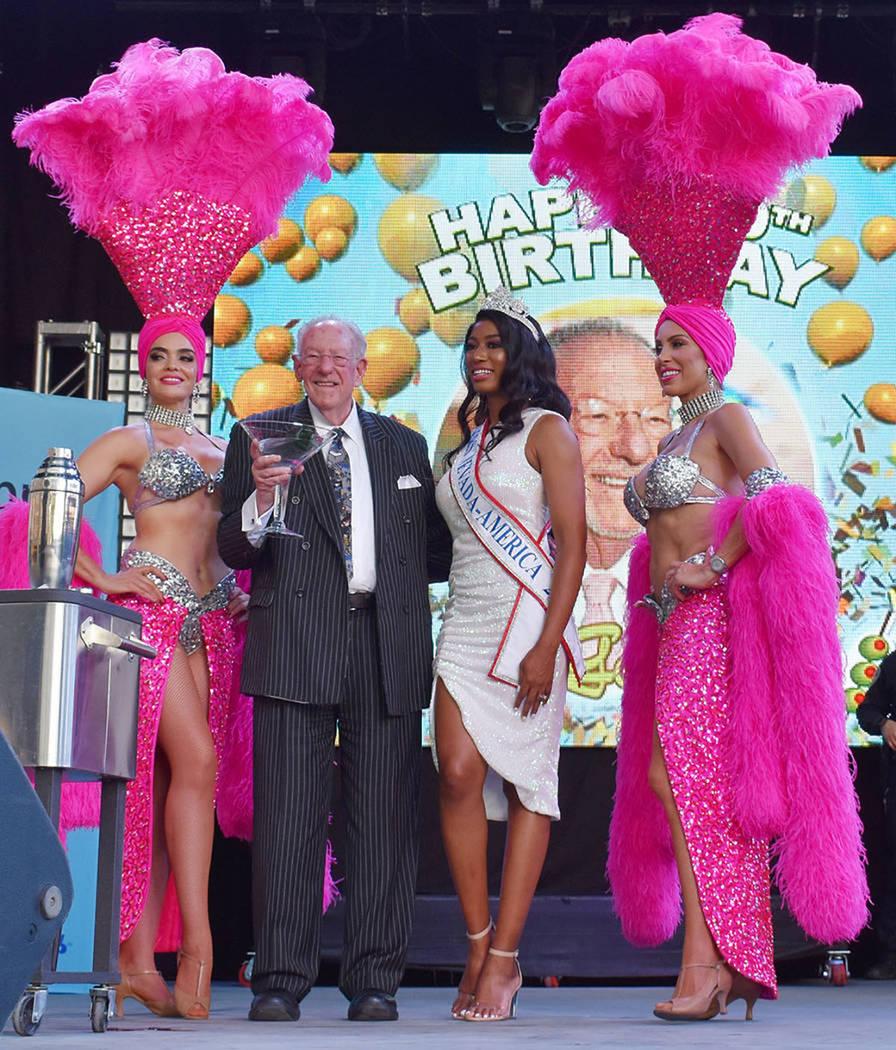 La comunidad del Downtown de Las Vegas celebró el cumpleaños número 80 del ex-alcalde Oscar ...